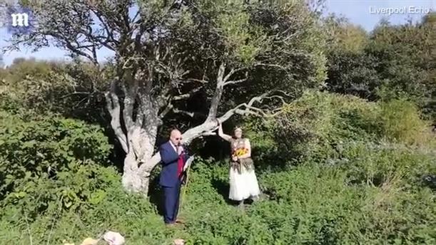 Αγγλίδα παντρεύτηκε... ένα δέντρο