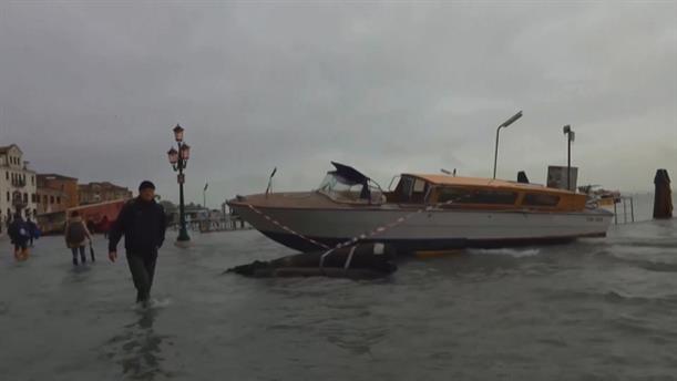 Βενετία: Βγήκαν οι βάρκες στη… στεριά