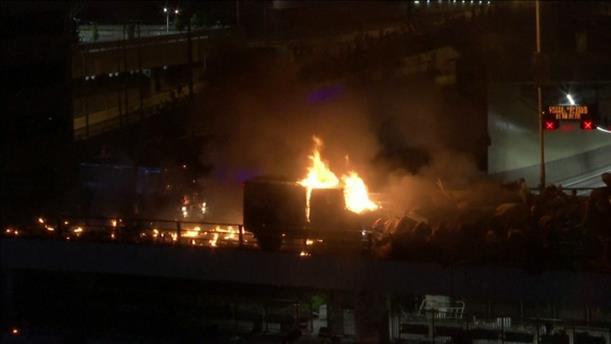Στις φλόγες αστυνομικό όχημα στο Χονγκ Κονγκ
