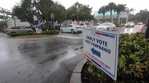 Aμερικανικές εκλογές 2020: υπό βροχή οι ουρές για την πρόωρη ψηφοφορία στη Φλόριντα