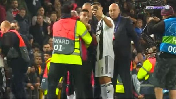 Ο Κριστιάνο Ρονάλντο έβγαλε selfie με οπαδό που μπήκε στο γήπεδο