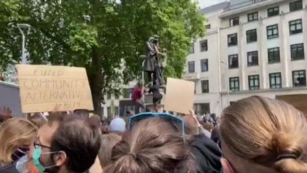 Βρετανία: Διαδηλωτές γκρέμισαν το άγαλμα γνωστού δουλεμπόρου