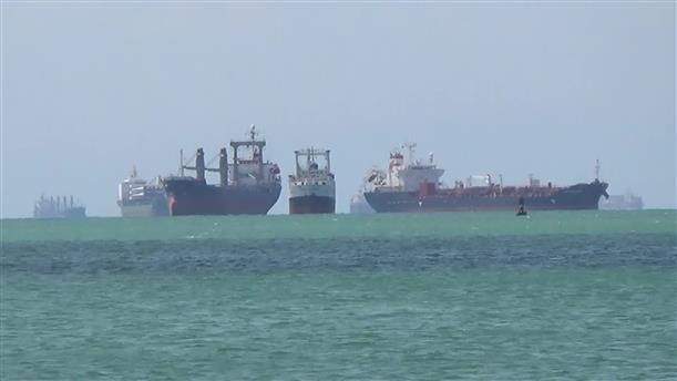 Εκατοντάδες πλοία παραμένουν ακινητοποιημένα στο Σουέζ