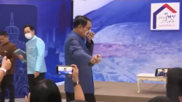 Ταϊλάνδη: O πρωθυπουργός ψέκασε με αντισηπτικό δημοσιογράφους