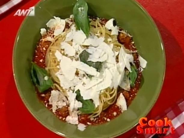 Μακορανάδα με κεφτεδάκια,σάλτσα φρέσκιας ντομάτας και μυζήθρα