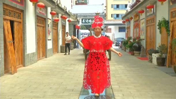 Κίνα: Εντυπωσιακά φορέματα φτιαγμένα από χαρτί