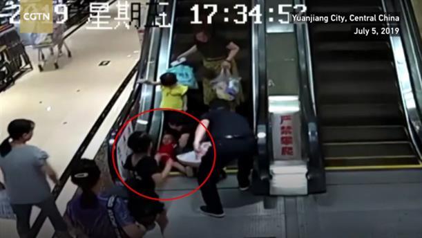 Το χέρι παιδιού εγκλωβίστηκε σε κυλιόμενες σκάλες