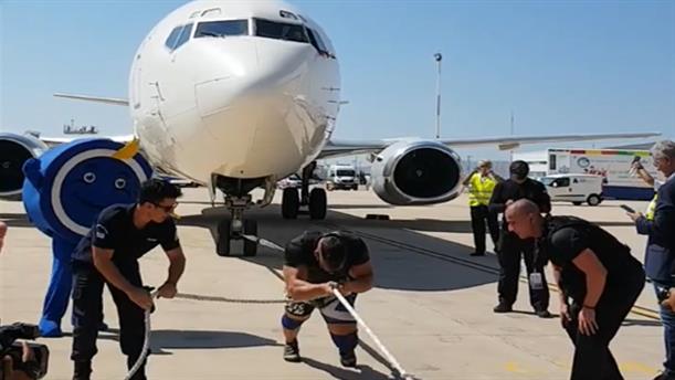 Μέλος της ΕΚΑΜ τράβηξε μόνος του με σχοινί ένα Boeing 737