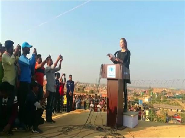 Η Αντζελίνα Τζολί επισκέφτηκε προσφυγικούς καταυλισμούς των Ροχίνγκια