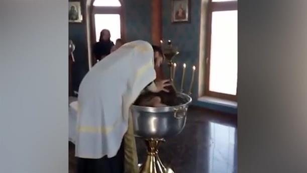 Ιερέας βάφτισε με βία δίχρονο κοριτσάκι