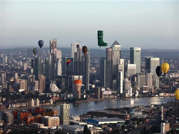 """Δεκάδες αερόστατα """"χρωμάτισαν"""" τον ουρανό στο Λονδίνο"""