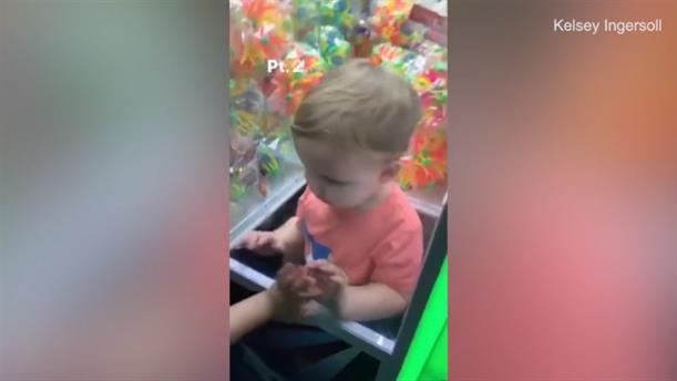 Παιδί εγκλωβίστηκε σε αυτόματο μηχάνημα πώλησης παιχνιδιών