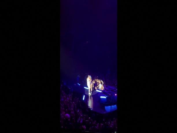 Επεσε από τη σκηνή η Lady Gaga