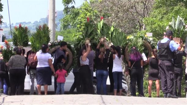 Πλήθος κόσμου στην κηδεία του πατέρα και της κόρης του που πνίγηκαν αγκαλιά
