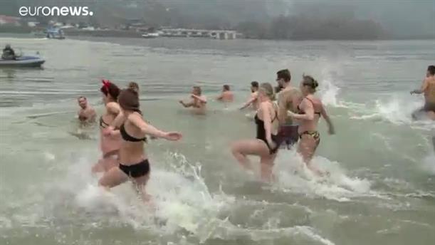 Πρωτοχρονιάτικες βουτιές σε παγωμένα νερά