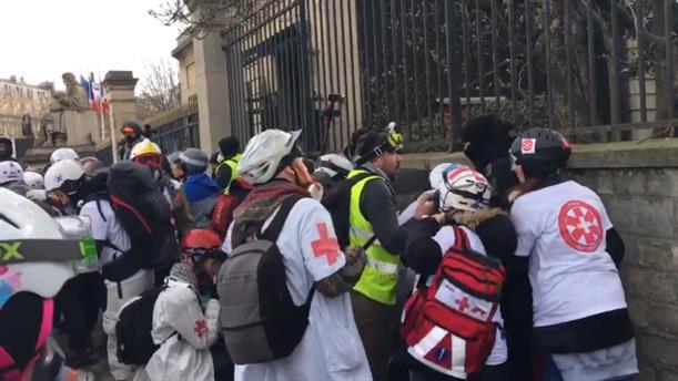 Χειροβομβίδα έσκασε στα χέρια διαδηλωτή των «Κίτρινων Γιλέκων»