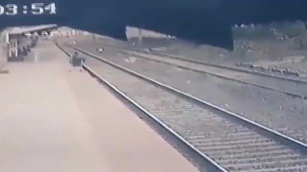 Ινδία: Διάσωση παιδιού από τις ράγες τρένου