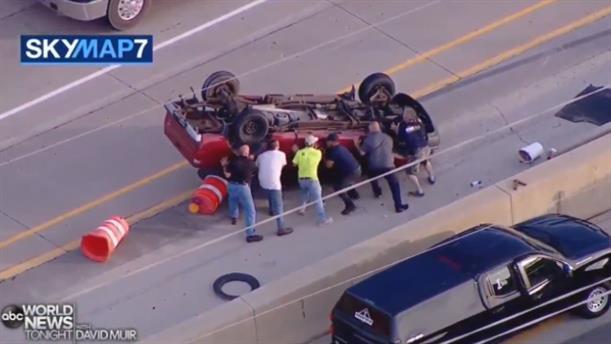 Σικάγο: Οδηγός φορτηγού χάνει τον έλεγχο και ντελαπάρει σε αυτοκινητόδρομο
