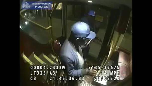 Επίθεση σε εργαζόμενο του NHS μέσα σε λεωφορείο