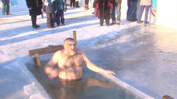 Βουτιά στον πάγο έκαναν οι Ρώσοι για τα Φώτα