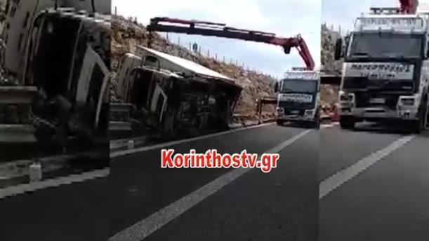 Ανατροπή φορτηγού στην Αθηνών-Κορίνθου