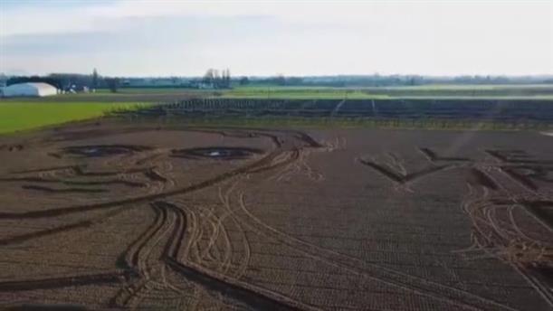 Ιταλία: Σχημάτισε με τρακτέρ το πρόσωπο του Σαρλ Μπωντλαίρ σε χωράφι
