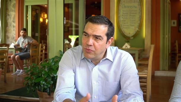 Ο Αλέξης Τσίπρας συζητάει με καταστηματάρχες στην Καισαριανή