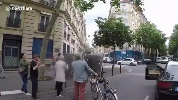 Οδηγός ξυλοκόπησε τον συνοδό ενός τυφλού πεζού