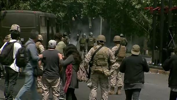 Στρατιώτες, αστυνομία και διαδηλωτές συγκρούονται στη Χιλή