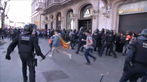 Καταλονία: Συγκρούσεις διαδηλωτών με την αστυνομία για τη δίκη των αυτονομιστών