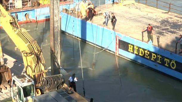 Ανασύρεται το βυθισμένο σκάφος από τον Δούναβη