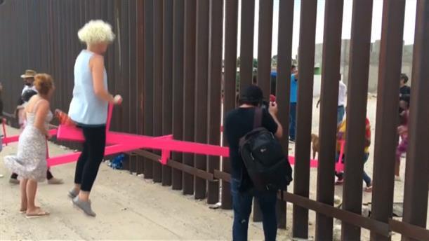 Καθηγητές τοποθέτησαν ροζ τραμπάλες  στο τείχος του Μεξικό