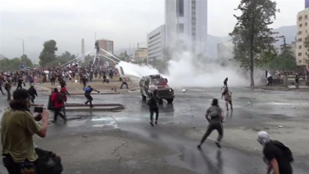 Χιλή: Η αστυνομία «χτυπά» τους διαδηλωτές με κανόνια νερού