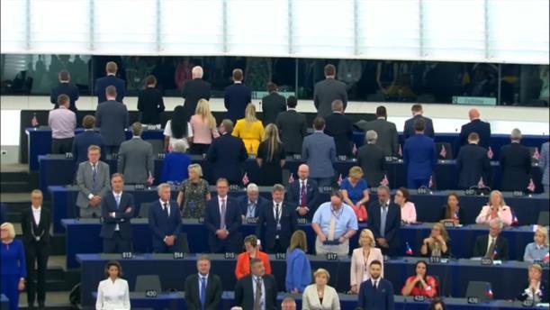 Οι «ευρωβουλευτές» του βρετανικού κόμματος του Brexit γύρισαν την πλάτη τους στον ευρωπαϊκό ύμνο
