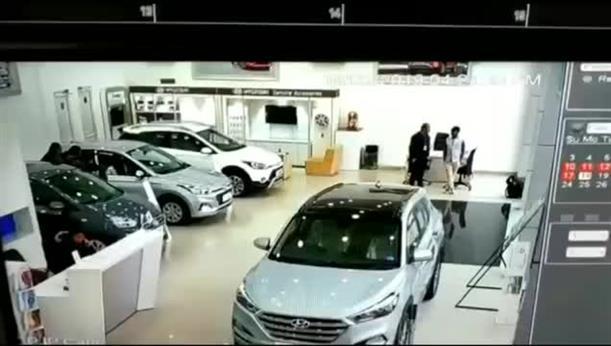 Πελάτης σε έκθεση αυτοκινήτων ζήτησε να δοκιμάσει αμάξι και έφυγε με ζημιά 6.000 ευρώ