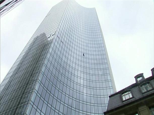Σε ουρανοξύστη της Φρανκφούρτης αναρριχήθηκε ο Γάλλος Spiderman