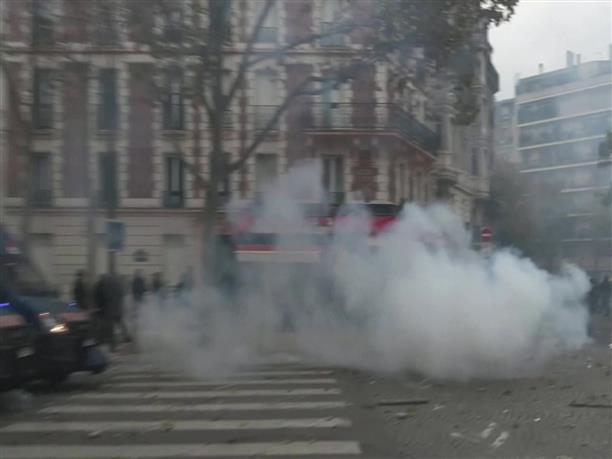 Φωτιές και οδοφράγματα στο Παρίσι
