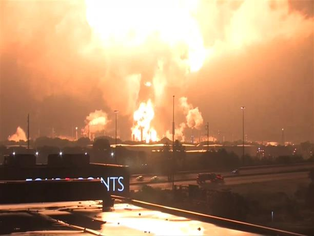 Φλόγες τύλιξαν μεγάλο μέρος του διυλιστηρίου, στην Φιλαδέλφεια των ΗΠΑ