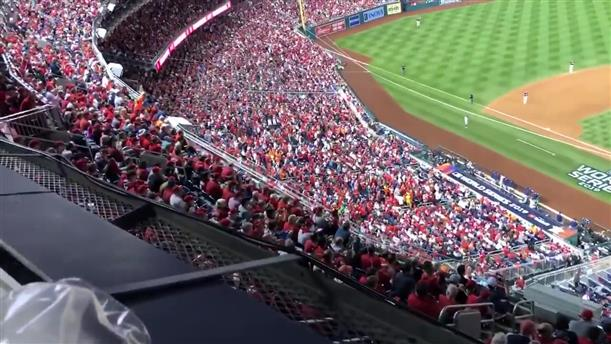 """Θεατές σε αγώνα μπέιζμπολ φώναξαν """"κλείστε τον μέσα"""" απευθυνόμενοι στον Ντ. Τραμπ"""
