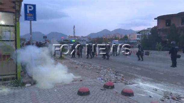 Σύγκρουση πολιτών με την αστυνομία στην Αλβανία