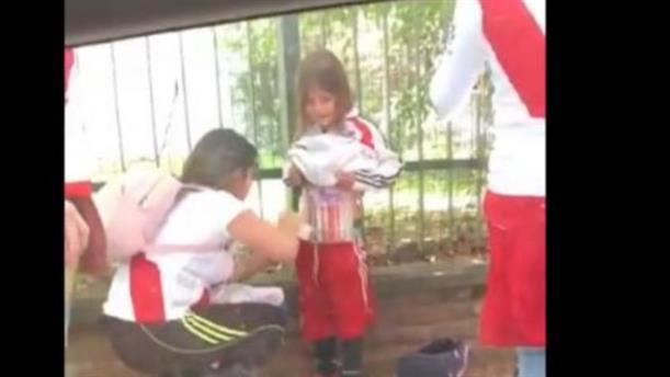 Έζωσαν κοριτσάκι με βεγγαλικά για να τα περάσει στο γήπεδο