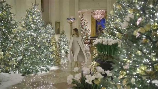 Η Μελάνια στολίζει τον Λευκό Οίκο