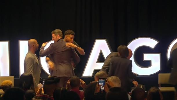 Ο Γιάννης Αντετοκούνμπο και ο Μπαράκ Ομπάμα στο Obama Foundation