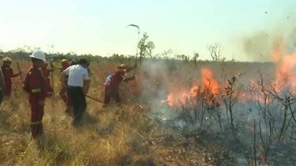 Ο Έβο Μοράλες κοντά στους πυροσβέστες που αντιμετωπίζουν την πυρκαγιά