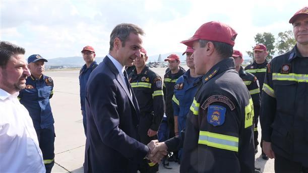 Συνάντηση του Πρωθυπουργού με στελέχη της ΕΜΑΚ πριν φύγουν για Αλβανία