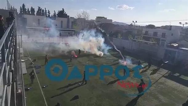 Πετροπόλεμος και δακρυγόνα μετά το τέλος του αγώνα Ασπρόπυργος - Καλαμάτα