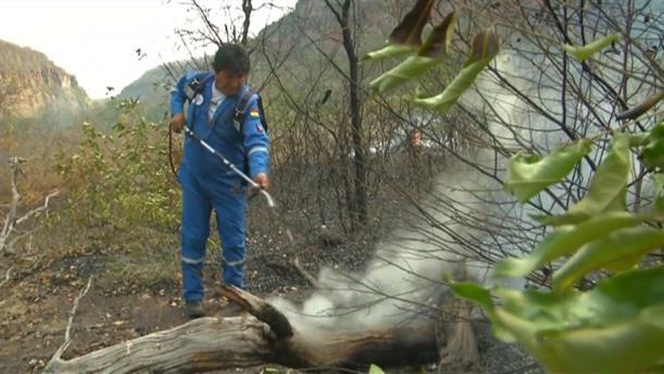 Ο Έβο Μοράλες βοηθά τους πυροσβέστες στην κατάσβεση της πυρκαγιάς