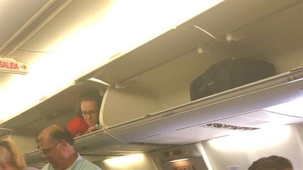 Αεροσυνοδός σφηνώθηκε στο ντουλαπάκι των χειραποσκευών