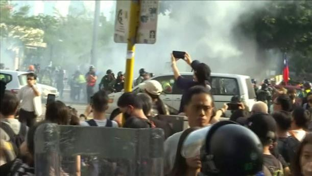 Συγκρούσεις διαδηλωτών με την αστυνομία στο Χονγκ Κονγκ