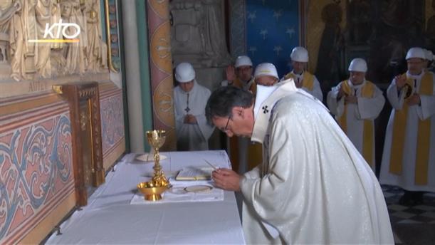 Η πρώτη λειτουργία στην Παναγία των Παρισίων μετά την καταστροφική φωτιά